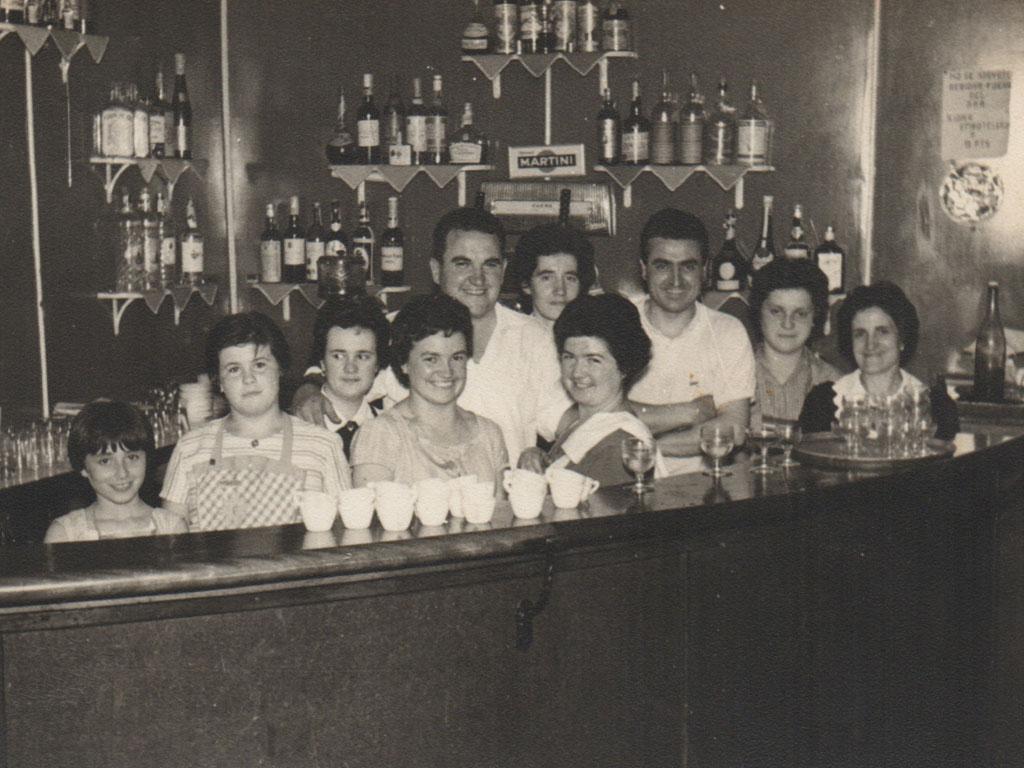 Foto Behind the Bar
